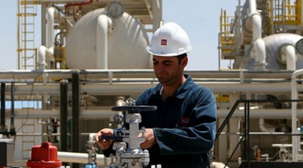 Oil worker (Tasnim)